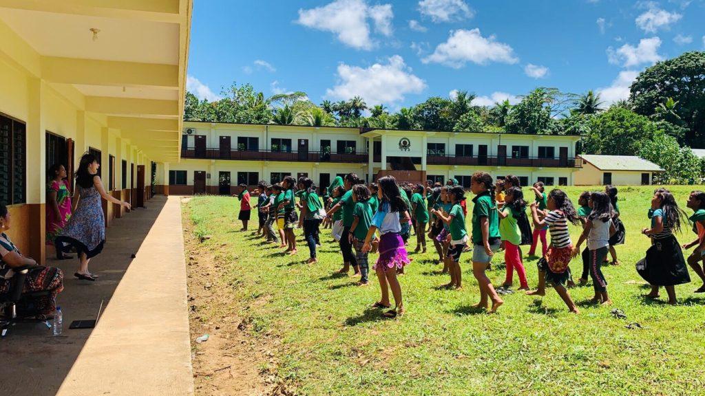 里美先生と踊るミクロネシアの子供達