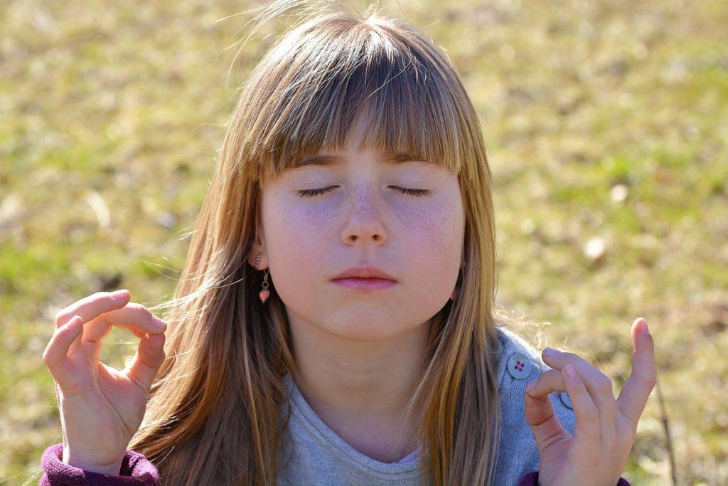 瞑想する子供